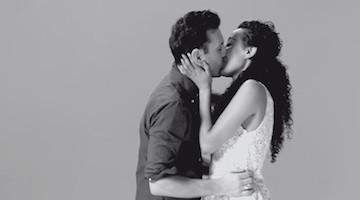 Estranhos acabados de se conhecer beijam-se.