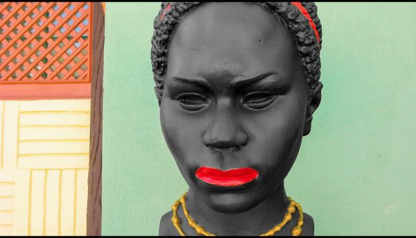 Parque Temático (busto de mulher) de Vasco Araújo